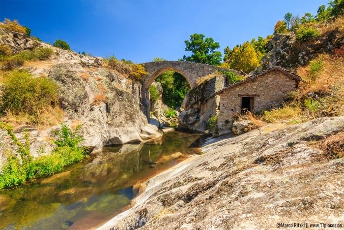 Steinbrücke mit alter Mühle