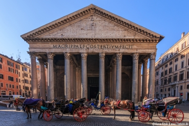 Pantheon am Morgen mit Pferdegespann vor dem Eingang