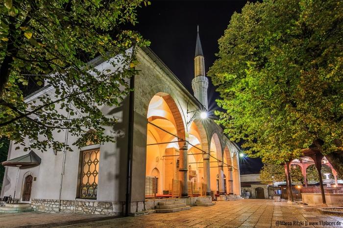 Gazi-Husrev-Beg Moschee am Abend in Sarajevo