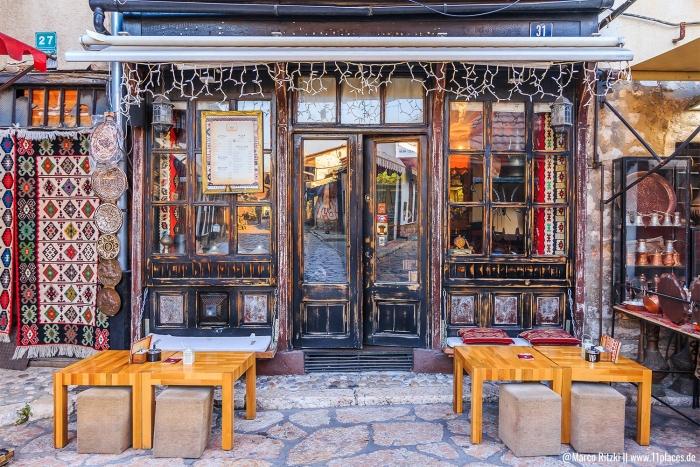 Traditionelles Cafe in der Altstadt von Sarajevo